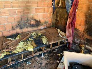 Cama ficou completamente destruída com as chamas. (Foto: Mariely Barros)