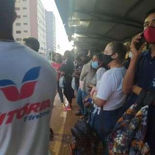 Ônibus cheios não param e ponto de embarque fica lotado no Centro