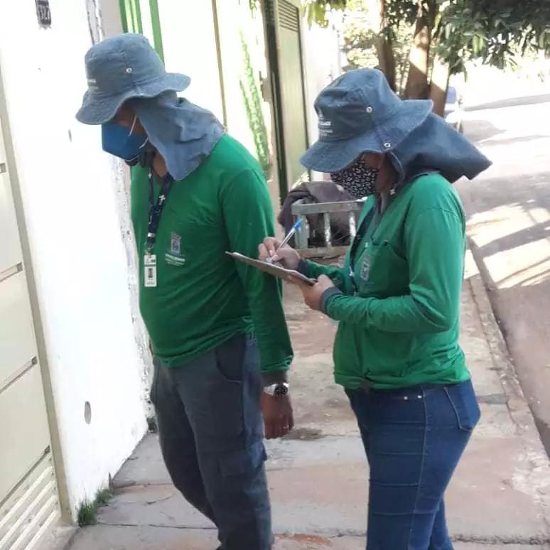 Uniformizados, agentes estão batendo nas casas para cadastrar animais. Dados ajudam na criação de políticas públicas. (Foto: Divulgação/Sesau)