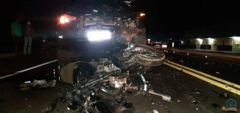 Motocicleta ficou completamente destruída com a violência do impacto. (Foto: RVNews)