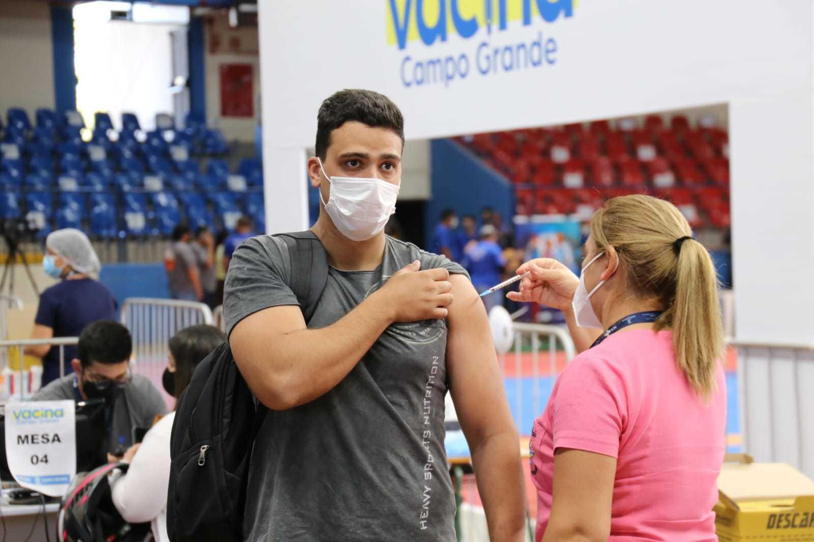 Capital faz parte do grupo de cidades que estão imunizando pessoas de 19 a 28 anos; hoje foi a vez dos jovens com 26 anos ganharem a proteção da vacina (Foto Paulo Francis)