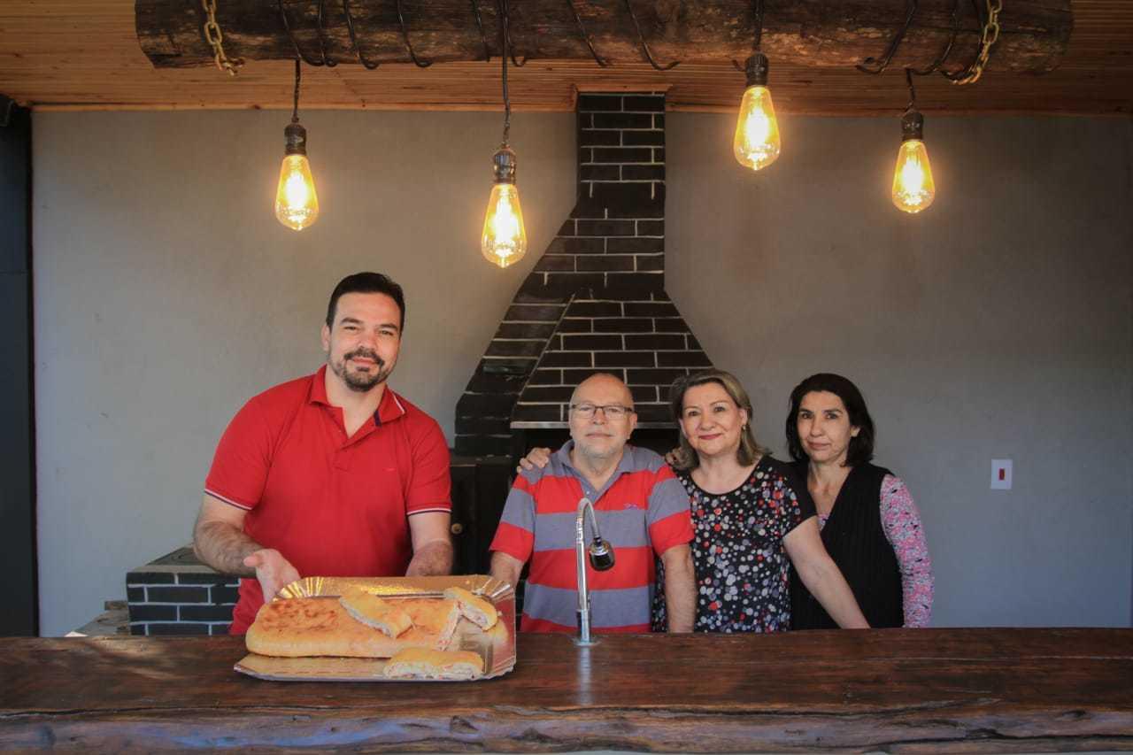Carlos Eduardo ao lado dos familiares e do famoso pão de dona Damiana. (Foto: Marcos Maluf)