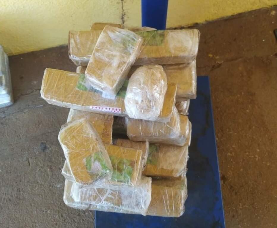Pacotes de pasta-base de cocaína apreendidos com douradense (Foto: Divulgação)