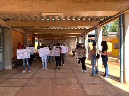 Acadêmicos de medicina veterinária da UFMS protestam por vagas em disciplina