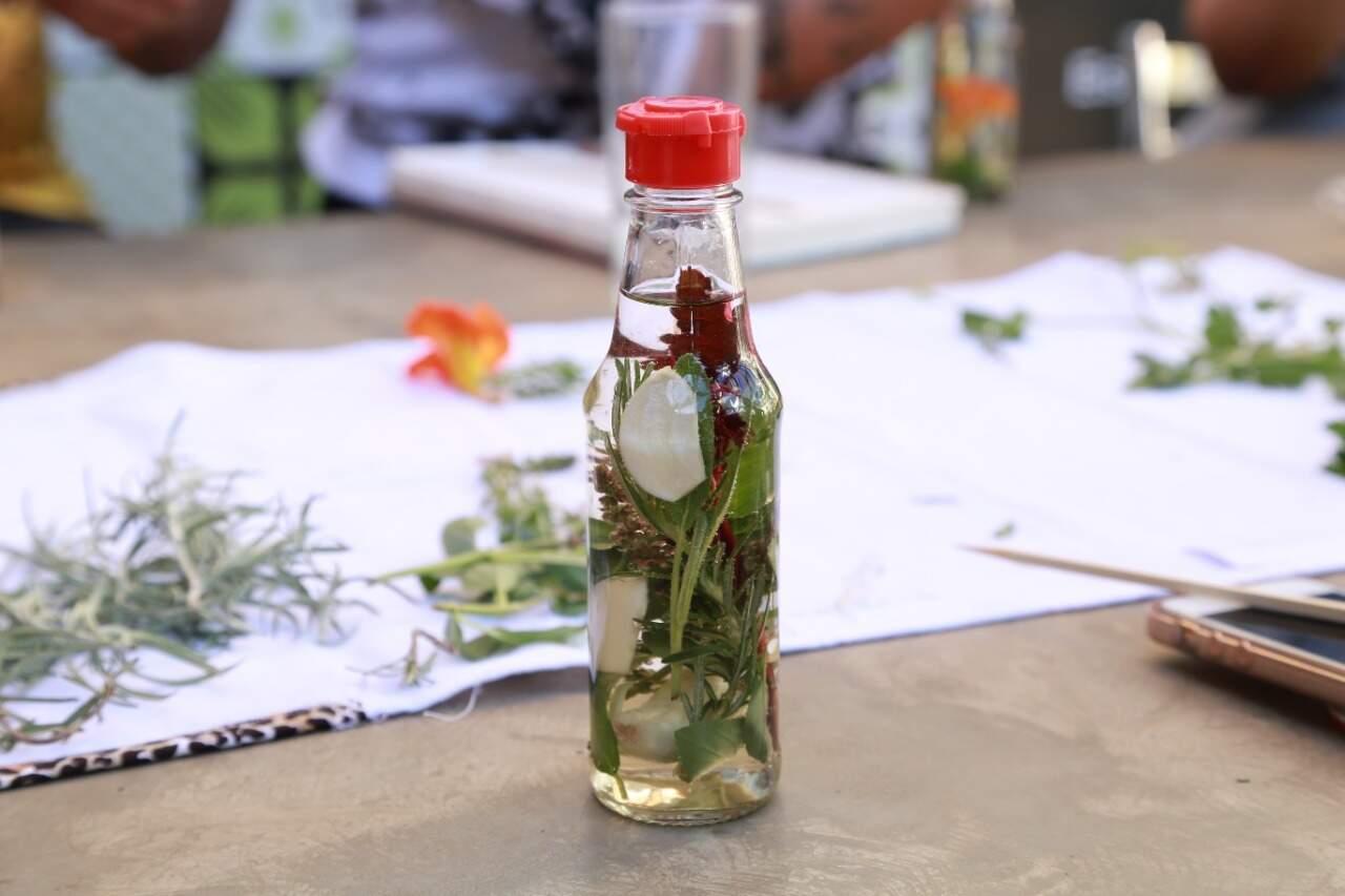 Vinagre aromatizado contém várias hortaliças e flores comestíveis naturais. (Foto: Kísie Aionã)