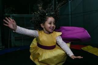 Nina ganhou vestido com capa e flores escondidas no forro, segundo ela, são seus superpoderes. (Foto: Bia Terra)