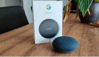 Sobre a mesa, Google Nest Mini 2ª Geração. (Foto: Reprodução site Leroy Merlin)