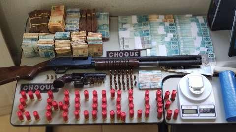 Polícia prende tio e sobrinho com quase R$ 100 mil escondidos em boca de fumo