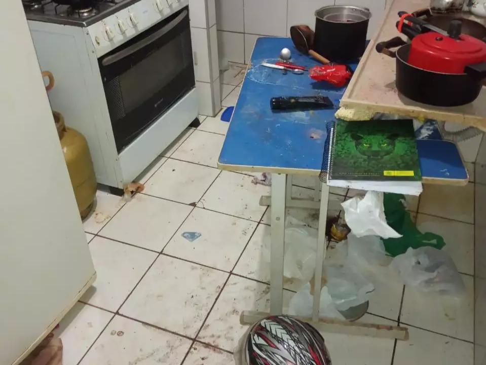 Sujeira em um dos cômodos de apartamento onde dois homens vivem. (Foto: Direto das Ruas)