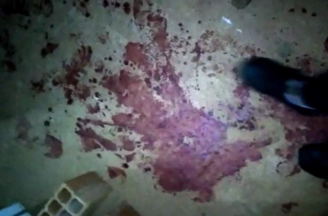 Pelo chão, o rastro de sangue deixado pelas vítimas de atentado. (Foto/Reprodução)
