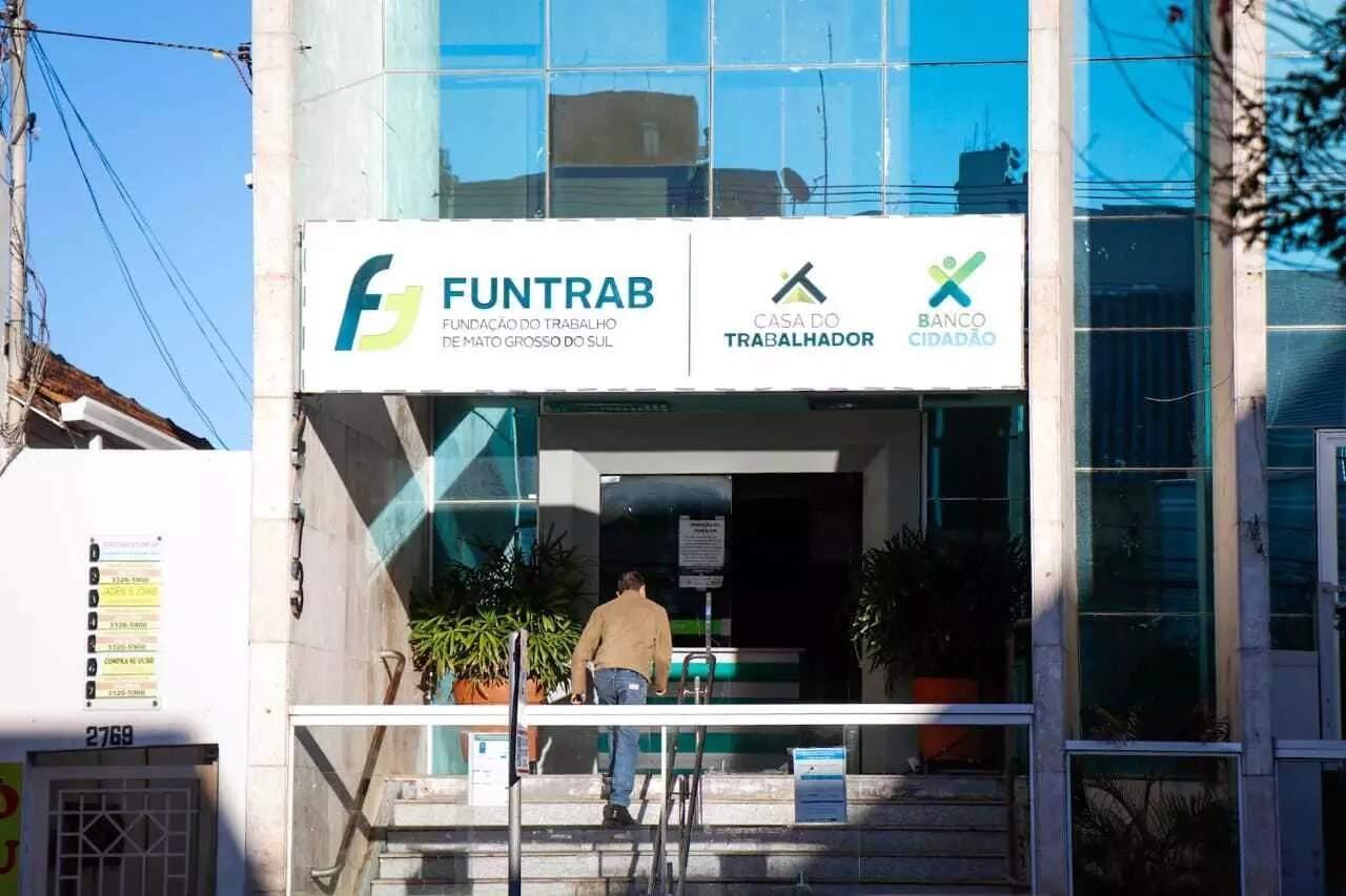 Fachada da sede da Funtrab, em Campo Grande. (Foto: Henrique Kawaminami)