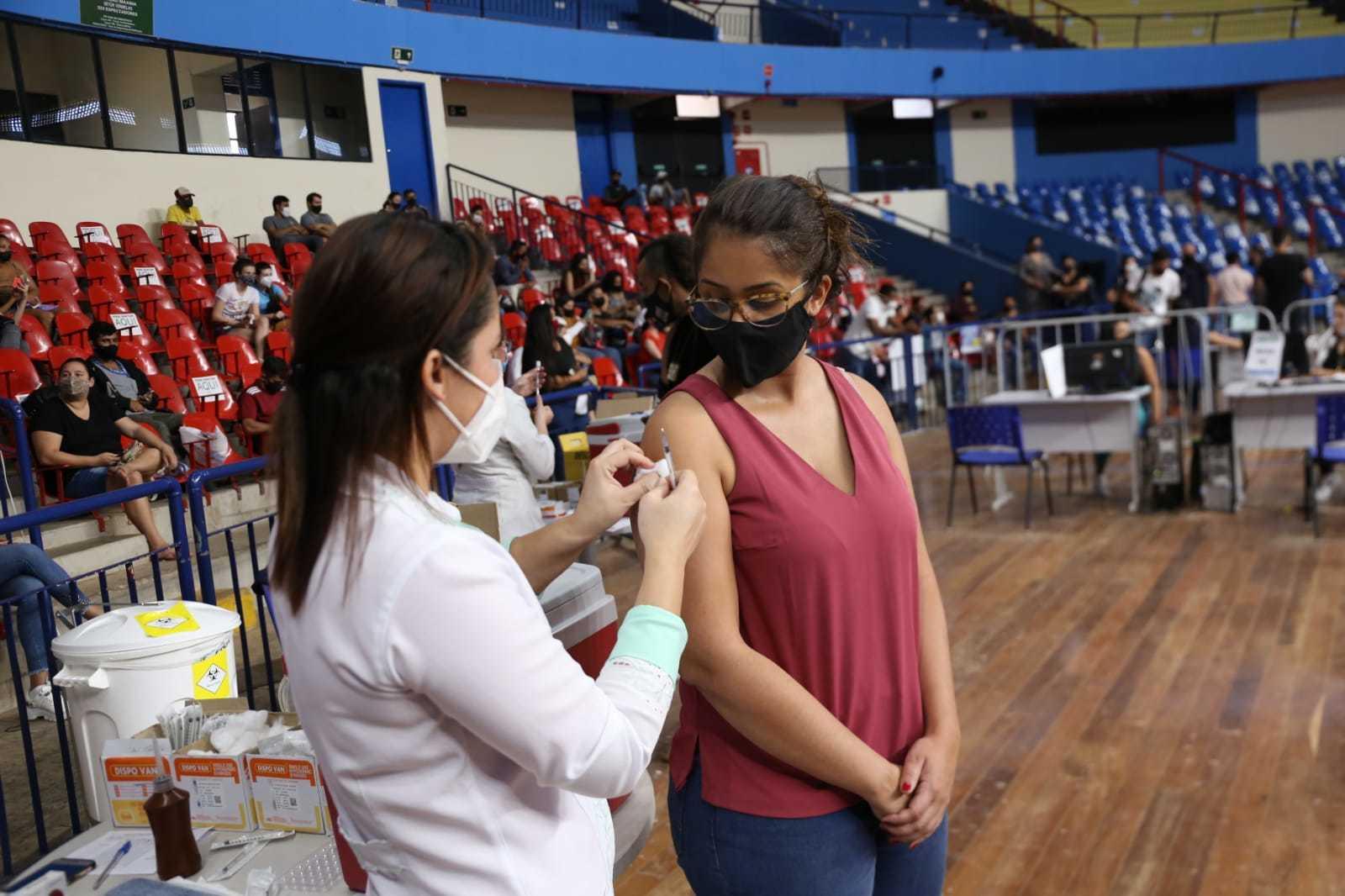 Mulher é vacinada contra a covid-19 em Campo Grande. (Foto: Paulo Francis)