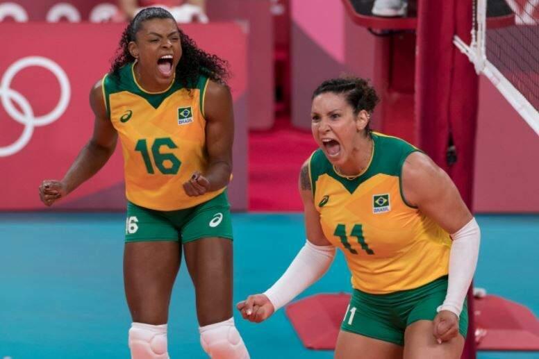Jogadoras brasileiras comemoram ponto sobre as russas (Foto: Júlio César Guimarães/COB)