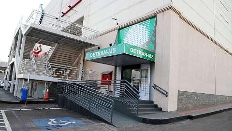 Detran fecha agência em shopping após suspeita de covid