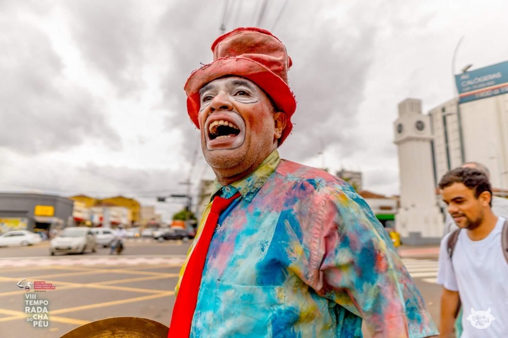 Espetáculo teatral realizado pelo Teatro Imaginário Maracangalha pelas ruas de Campo Grande. (Foto: Vaca Azul/Temporada do Chapéu)