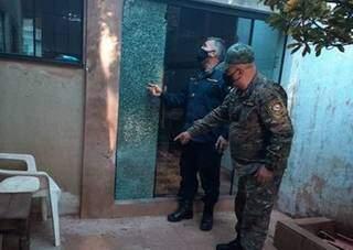 Policiais na casa onde Carlos Rubén Sánchez Garcete foi fuzilado hoje. (Foto: ABC Color)
