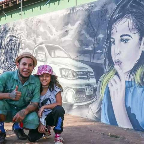 Pai pinta rosto da filha pelas ruas da cidade para falar sobre amor e arte