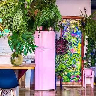 Danilo muda varanda com geladeira rosa e cria ambiente colorido