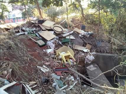 """Morador flagra """"lixão"""" nas margens do Córrego Imbirussu"""
