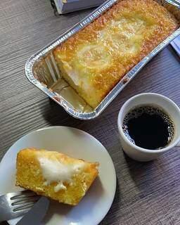 Na doceria Doce Açúcar, o bolo de pamonha ganhou um pacote mensal só para ele. (Foto: Reprodução Redes Sociais)