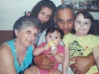 Silvio, ladeado por esposa e netas, hoje, mora a mil quilômetros de Campo Grande. (Foto: Arquivo Pessoal)