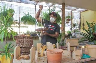 Ademir trabalhando nos ornamentos para plantas e pássaros. (Foto: Marcos Maluf)