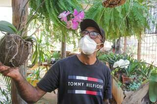 Ademir Pimenta em sua floricultura Pimenta Verde. (Foto: Marcos Maluf)