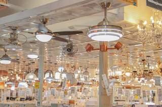 Departamento de iluminação tem vários ventiladores de teto. (Foto: Marcos Maluf)