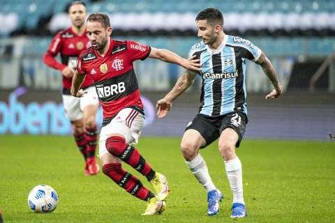 Com um a menos, Flamengo massacra Grêmio fora de casa