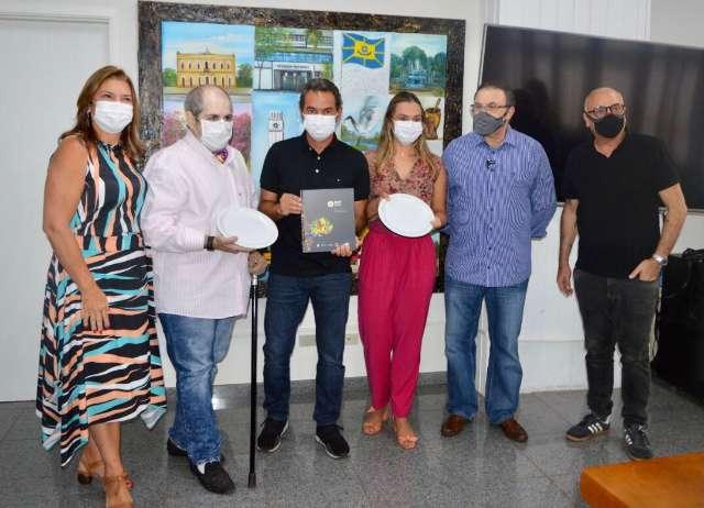 Artistas recebem prato em branco para colorir e vender por 10 kg de alimentos