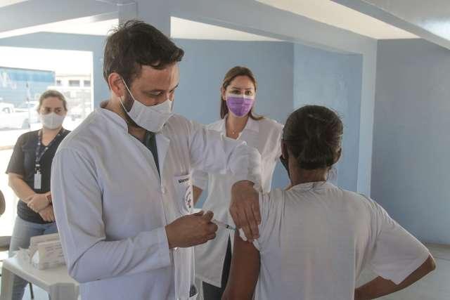 Rumo ao trabalho, quem não conseguiu vacinar ganha dose em terminal