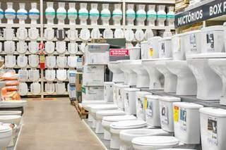 Loja tem dezenas de modelos de sanitários e produtos para o banheito. (Foto: Marcos Maluf)