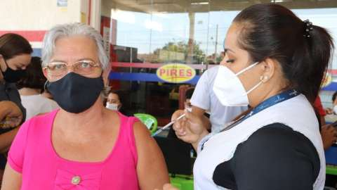 Em 9 horas, Capital vacina mais de 870 pessoas em supermercado