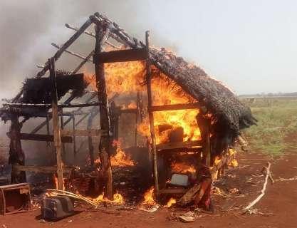 Indigenas acusam seguranças de incendiar casa pela terceira vez em uma semana