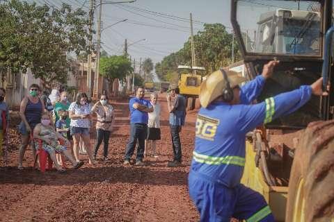 Moradores fecham a rua com corrente humana para pedir asfalto