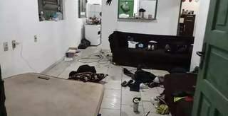 """Casa onde criminosos estavam """"hospedados"""" foi deixada bastante bagunçada (Foto: O Pantaneiro/Reprodução)"""