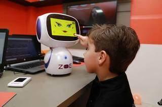 Pedro experimentando a aula de inglês com a Zoe. (Foto: Kísie Ainoã)