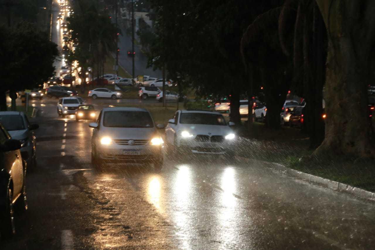 O dia escureceu mais cedo, nesta quarta-feira, após chegada de frente fria e chuva (Foto: Kísie Ainoã)
