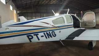 Aeronave levada do hangar, na madrugada de segunda-feira.