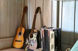 Pela casa, Amanda tem ainda seus instrumentos prediletos. (Foto: Jéssica Fernandes)