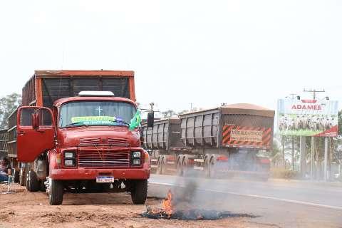 Caminhoneiros queimam pneu e iniciam protesto na saída para Sidrolândia