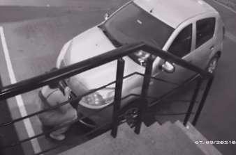 """""""Desocupado"""", jovem rompe lacre e furta placa de carro parado"""