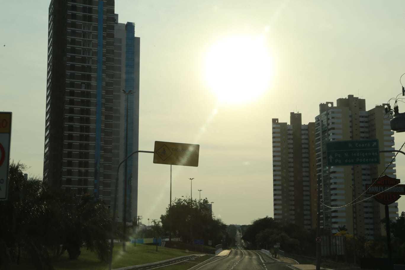 Nas primeira horas do dia, sol já brilhando forte na região da Avenida Afonso Pena (Foto: Kisie Aionã)
