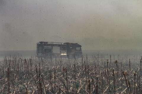 Fogo provocado por queda de avião se alastra e fazendeiro teme perder gado