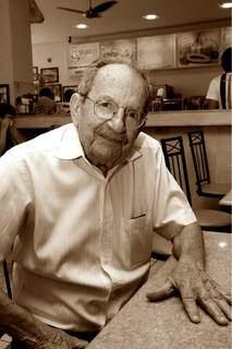 José Thomaz, de 96 anos, na lanchonete na Rua Sete de Setembro. (Foto: Assessoria/Divulgação)