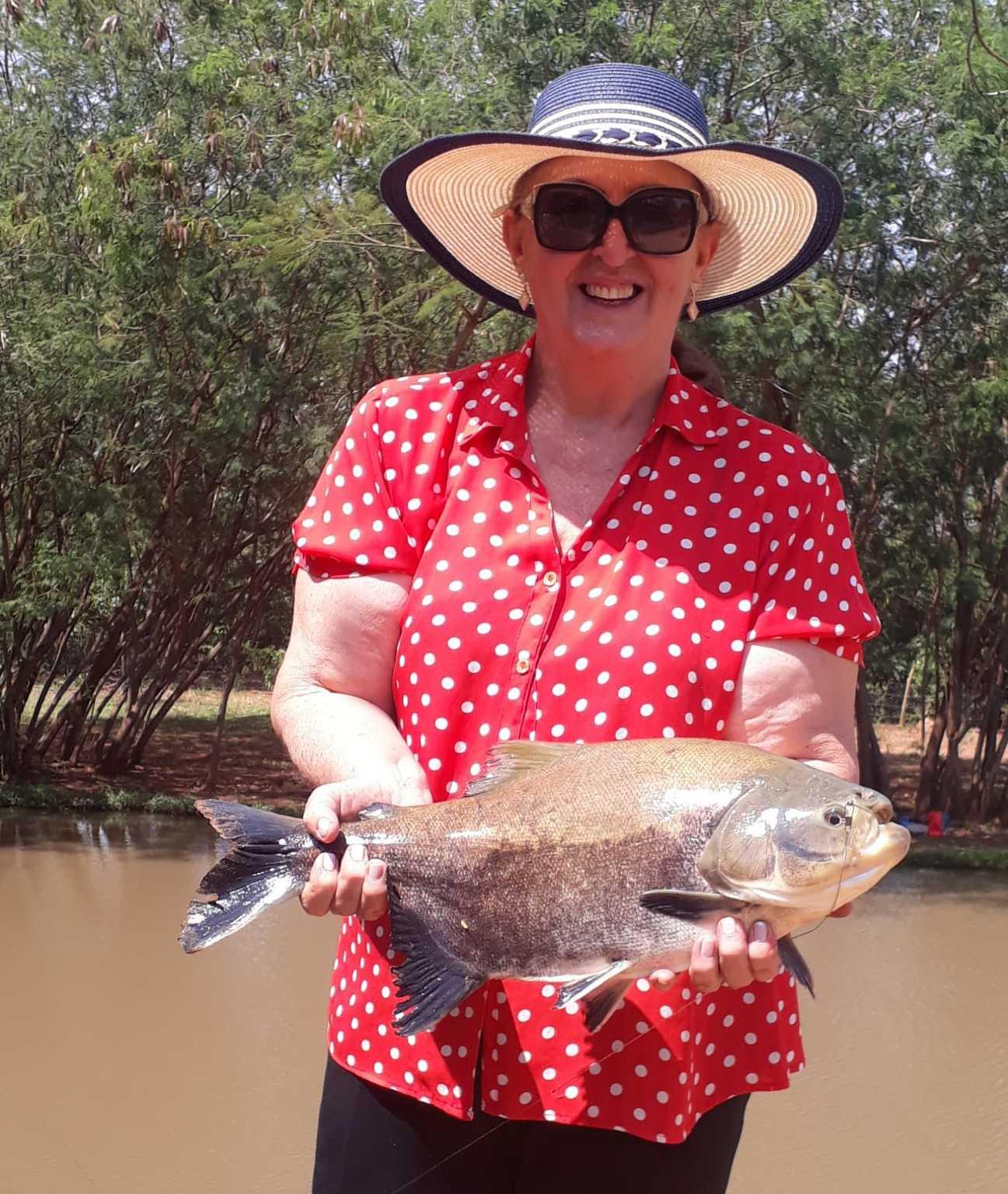 Graça com um dos peixes que ela pescou antes da pandemia e sente saudade. (Foto: Arquivo Pessoal)