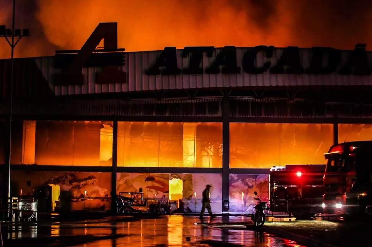 Incêndio consumiu todo o interior da loja e parte da estrutura. (Foto: Marcos Mauf   Arquivo)