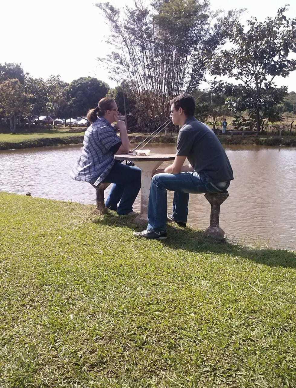 Graça curtindo o pesqueiro com um dos filhos, também antes da pandemia. (Foto: Arquivo Pessoal)