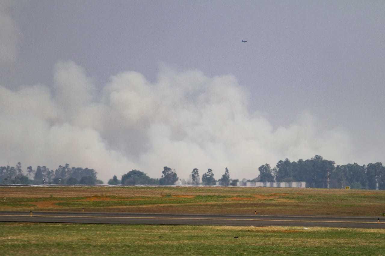 Fumaça provocada por queda de avião tomou conta de bairros da Capital e fechou aeroporto. (Foto: Marcos Maluf)
