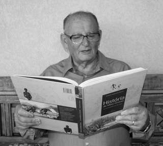Aposentado é apaixonado por história, algo que é refletido nas poesias. (Foto: Arquivo Pessoal)